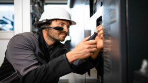 Service technician equipped with smart glasses and connected with experts worldwide via oculavis SHARE
